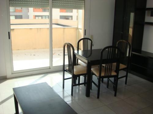 TOTALMENTE AMUEBLADO Acogedor apartamento ideal parejas o personas independientes cuent