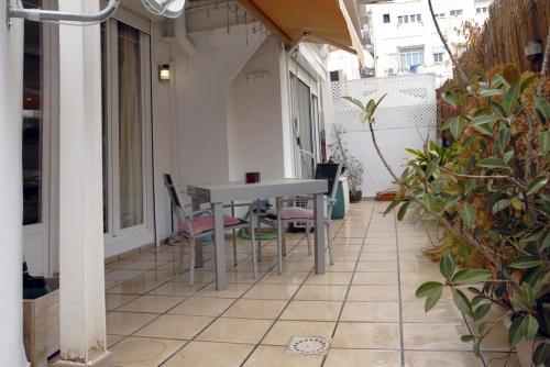 Vivienda CON TERRAZA, en Ruzafa, reformada tipo loft, con 1 habitación y baño