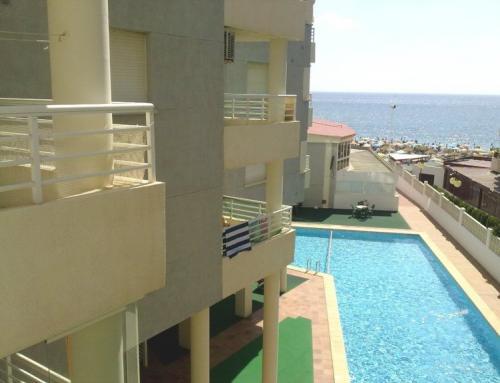 Primera línea playa Levante con piscina, jardín y parking
